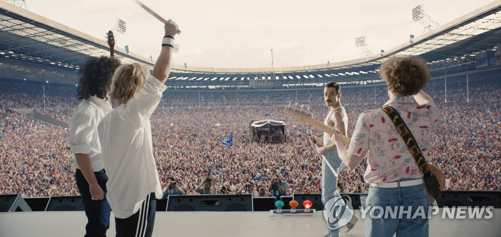 "This photo, provided by 20th Century Fox Korea, shows a scene in the movie ""Bohemian Rhapsody"" that depicts the legendary British rock band Queen's performance at Live Aid in July 1985. (Yonhap)"