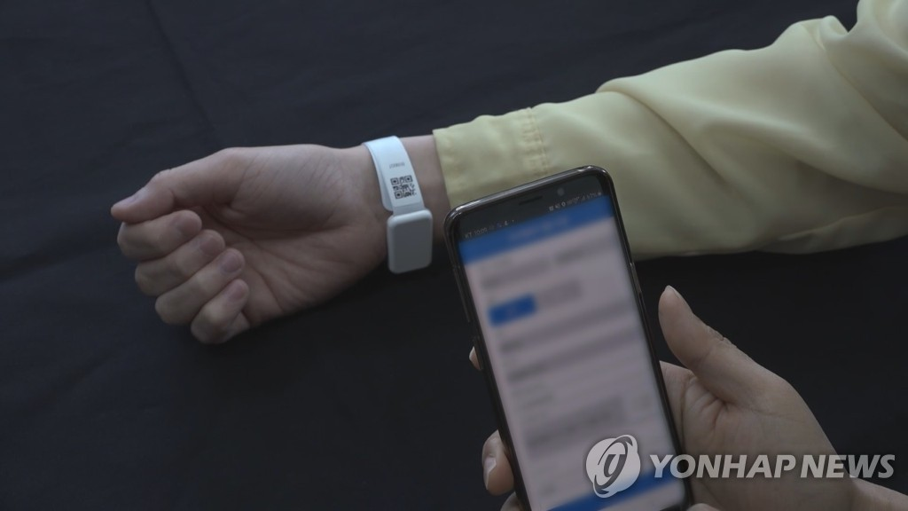 This file photo from April 27, 2020, shows the location-tracking wristband for violators of self-isolation rules. (Yonhap)