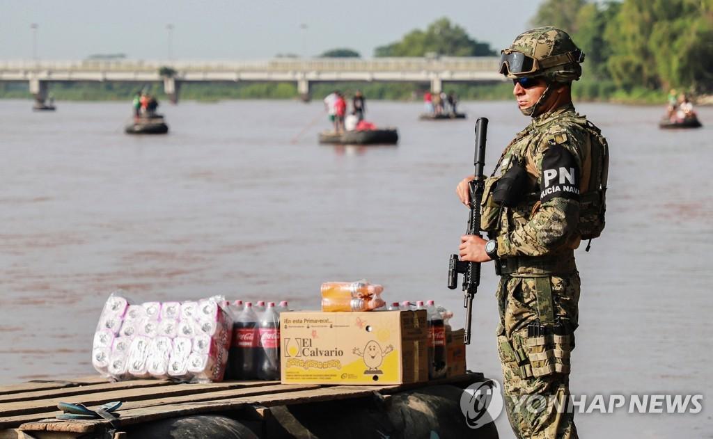 과테말라와 국경을 이루는 수치아테 강을 순찰하는 멕시코 군인 [AFP=연합뉴스]