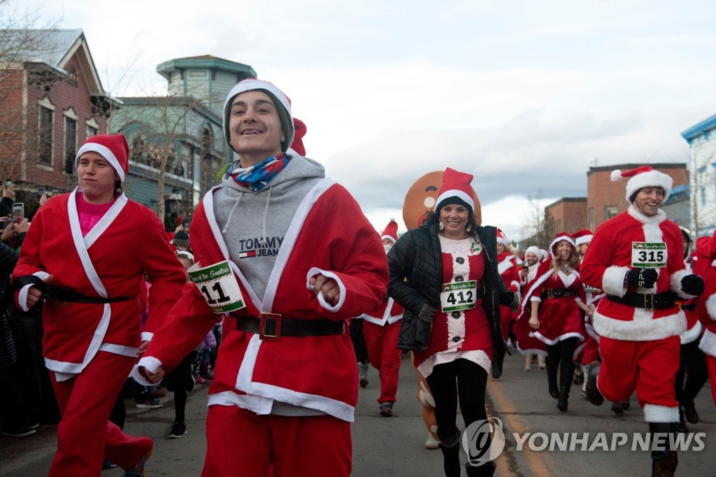 US-OFFBEAT-CHRISTMAS-SANTA CLAUS-RACE