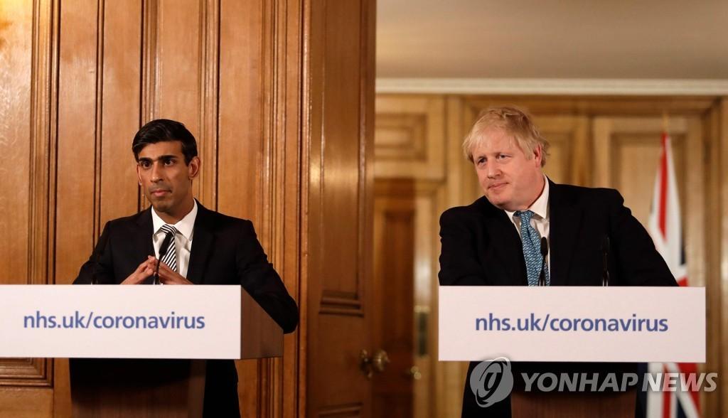 경제 지원책 발표하는 리시 수낙(왼쪽) 영국 재무장관과 보리스 존슨 총리 [AFP=연합뉴스]