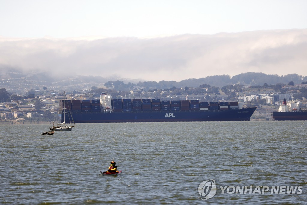 [EPA=연합뉴스 자료사진] 캘리포니아 앞바다에서 입항 차례를 기다리는 컨테이너선