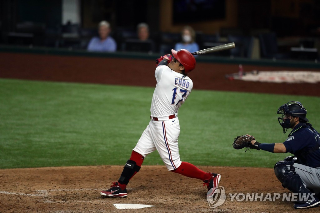 In this Getty Images file photo from Aug. 12, 2020, Choo Shin-soo of the Texas Rangers (L) watches the flight of his sacrifice fly against the Seattle Mariners in the bottom of the eighth inning of a Major League Baseball regular season game at Globe Life Field in Arlington, Texas. (Yonhap)