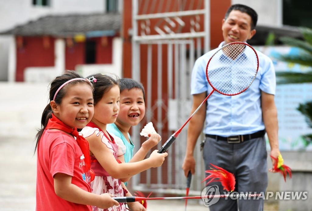 중국 푸저우의 등교를 재개한 학교에서 체육 수업을 받는 어린이들