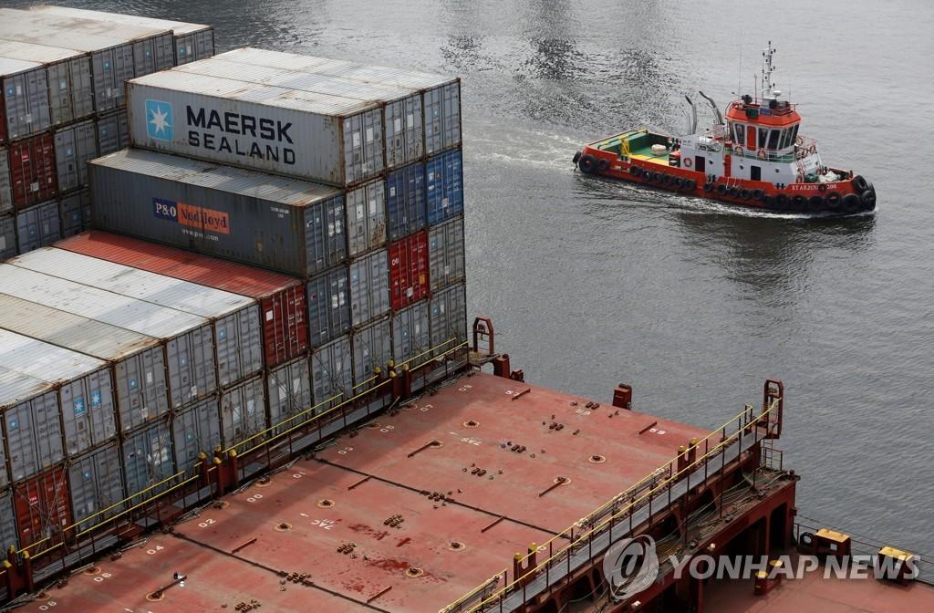 2018년 4월 16일 인도네시아 자카르타 탄중 프리옥 항에 정박된 컨테이너선 옆을 지나는 예인선. [로이터=연합뉴스자료사진]