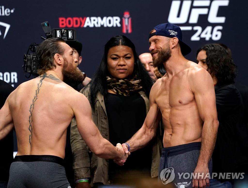 UFC 246 메인이벤트 계체 장식한 서머 타파사(가운데)
