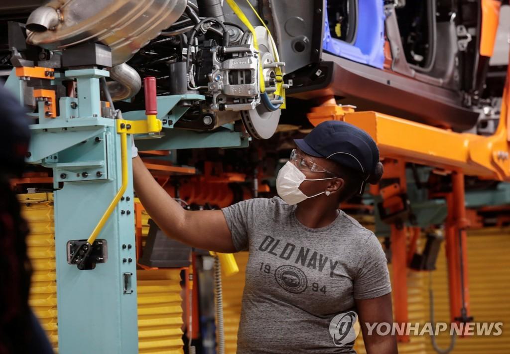마스크를 쓰고 일하고 있는 디트로이트의 자동차 공장 근로자 [로이터=연합뉴스]