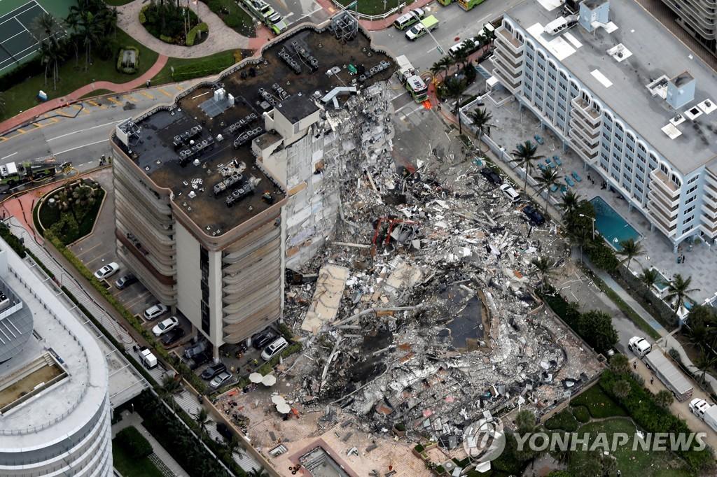 24일(현지시간) 미국 플로리다주 마이애미데이드카운티 서프사이드의 아파트 붕괴현장. [로이터=연합뉴스]