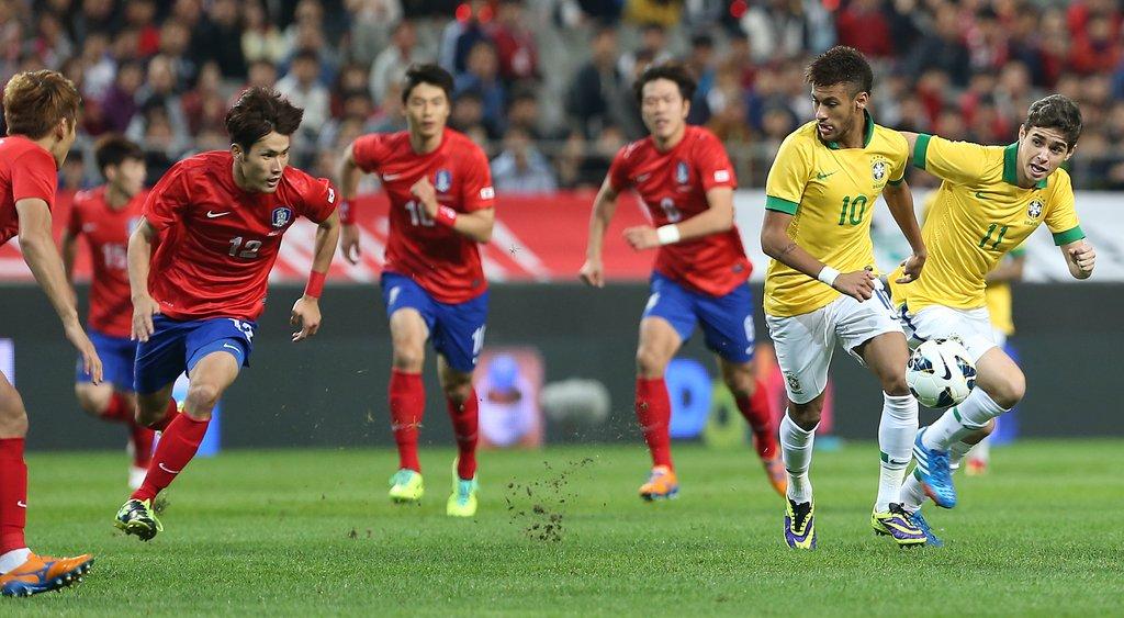 브라질 공격에 맞서는 한국 수비