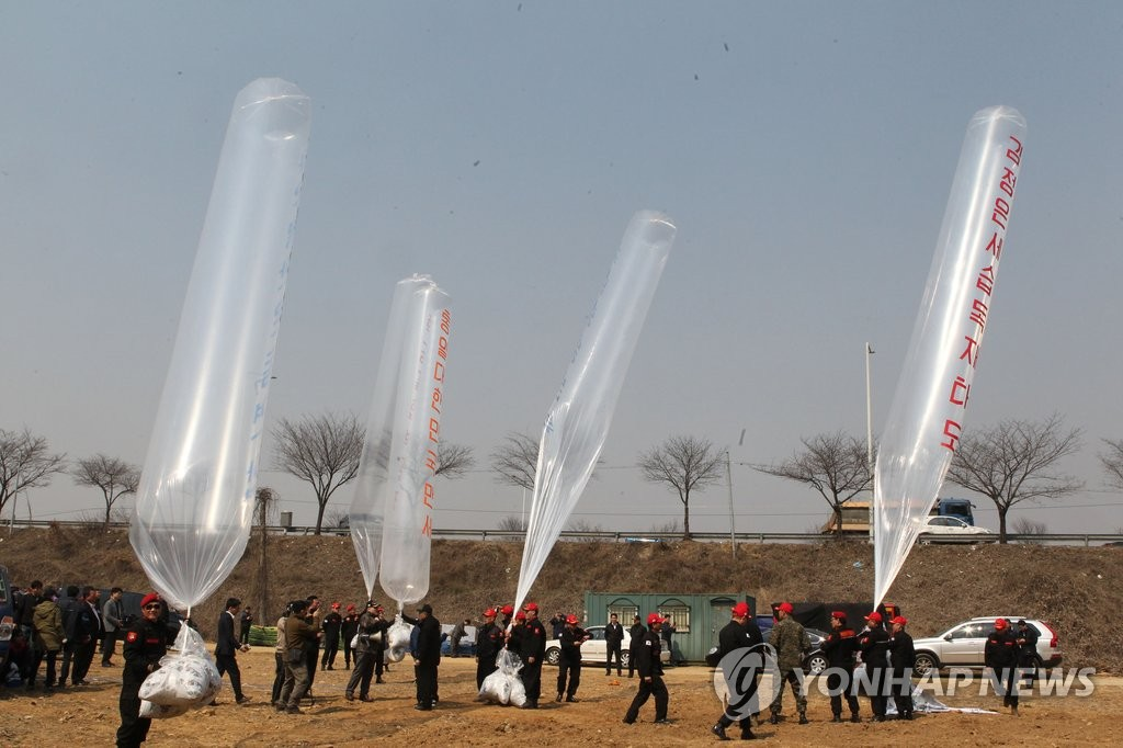 This file photo shows members of conservative groups in South Korea launching large balloons carrying anti-Pyongyang leaflets into the air in their bid to send them into North Korea in the border town of Paju on March 28, 2016, a campaign that is strongly opposed by the North. (Yonhap)