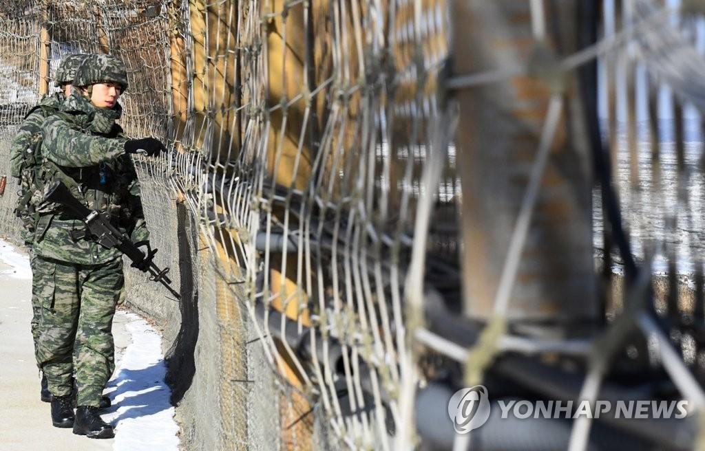 해안 철책 점검하는 해병대 장병들