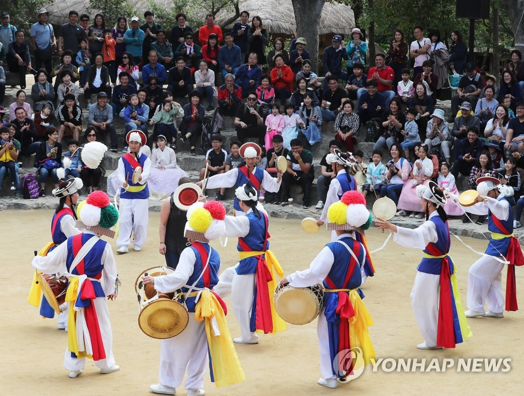 A traditional musical jam takes place at the Korean Folk Village southeast of Seoul during the Chuseok holiday on Sept. 26, 2018. (Yonhap)