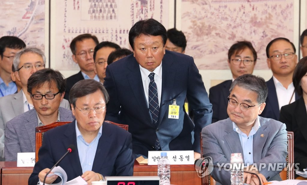 This file photo taken Oct. 10, 2018, shows South Korean national baseball team manager Sun Dong-yol (C) at a parliamentary audit session in Seoul. (Yonhap)