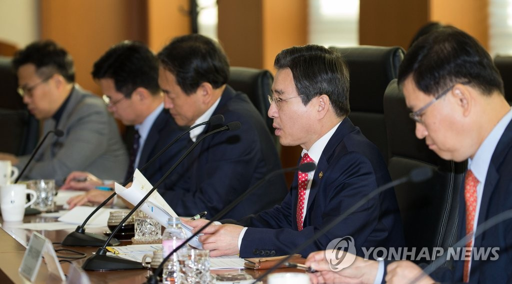 Kim Yong-beom (2nd from R), vice chairman of the Financial Services Commission, speaks during an emergency meeting on financial markets on Oct. 12, 2018. (Yonhap)