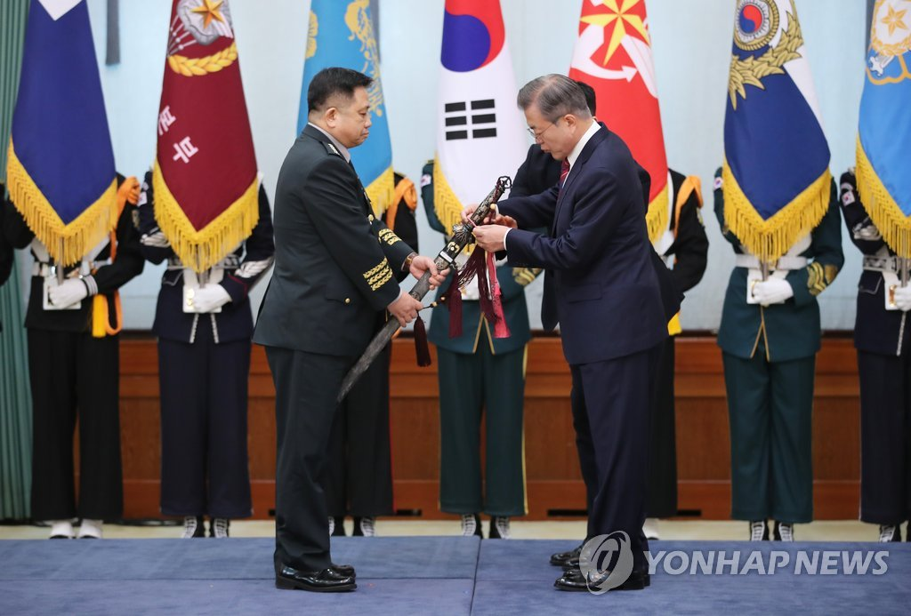 President Moon Jae-in (R) appoints Gen. Park Han-ki as the new chairman of the Joint Chiefs of Staff in a ceremony held at his office Cheong Wa Dae in Seoul on Oct. 12, 2018. (Yonhap)