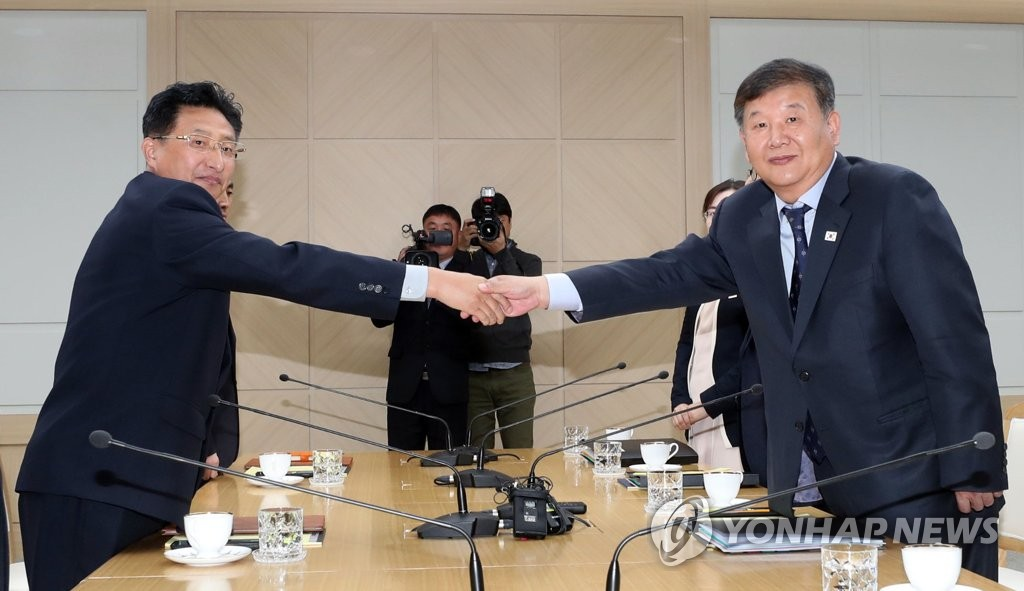 Roh Tae-kang (R), South Korea's vice minister of culture and sports, and his North Korean counterpart Won Kil-u shake hands at the start of their talks at the inter-Korean liaison office in the North's border town of Kaesong on Nov. 2, 2018, in this file photo. The two sides were to discuss forming joint teams for the 2020 Tokyo Summer Olympics and possibly seeking to host the 2032 Summer Games together. (pool photo) (Yonhap)