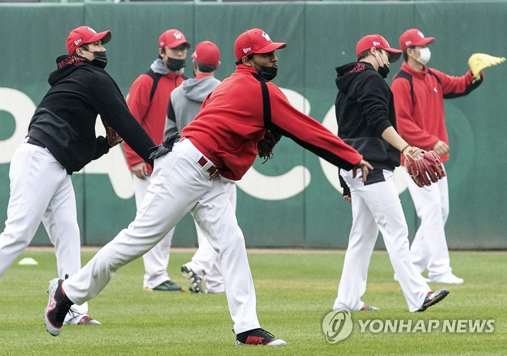 In this file photo from Nov. 7, 2018, players of the SK Wyverns practice for Game 3 of the Korean Series against the Doosan Bears while wearing masks in dusty conditions at SK Happy Dream Park in Incheon, 40 kilometers west of Seoul. (Yonhap)