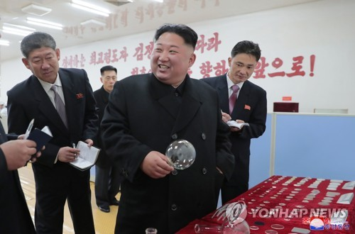 N.K. leader visits glass factory