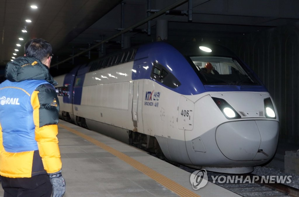 A KTX train at Gangneung on Dec. 10, 2018 (Yonhap)