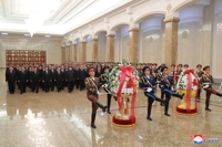 (LEAD) Kim Jong-un visits mausoleum of late father to mark 7th anniv. of death
