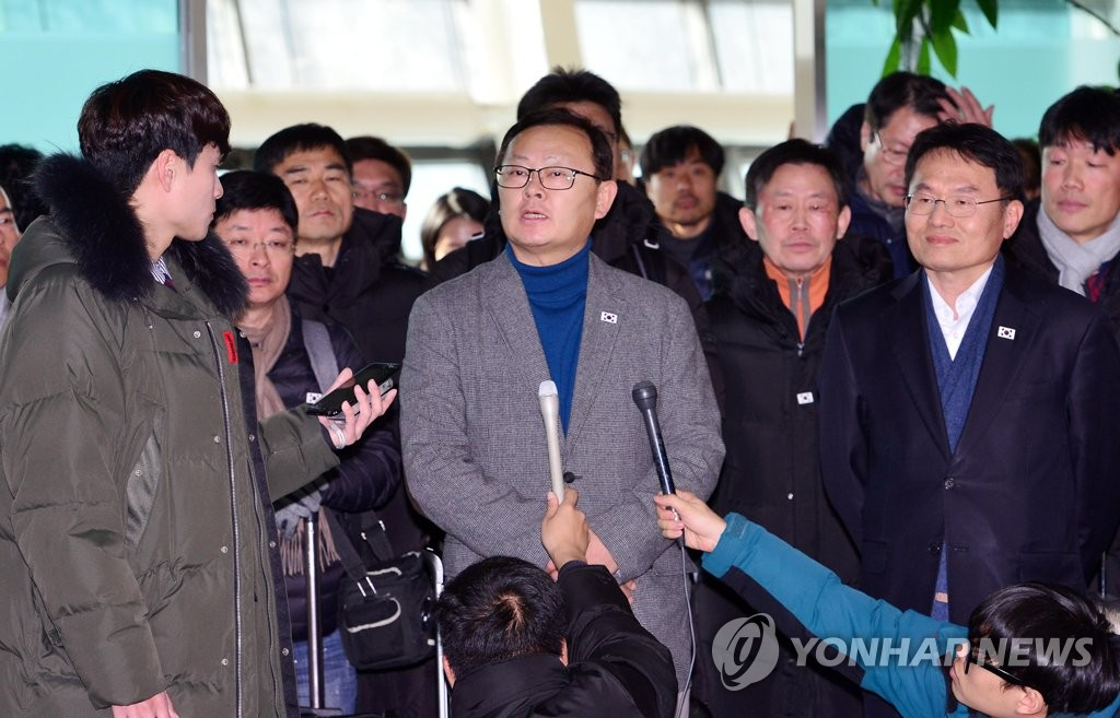 This photo provided by the Joint Press Corps shows Lim Jong-il, a transportation ministry official who led the inspection team, speaking to reporters in Goseong, just south of the eastern inter-Korean border after returning home from North Korea on Dec. 17, 2018. (Yonhap)