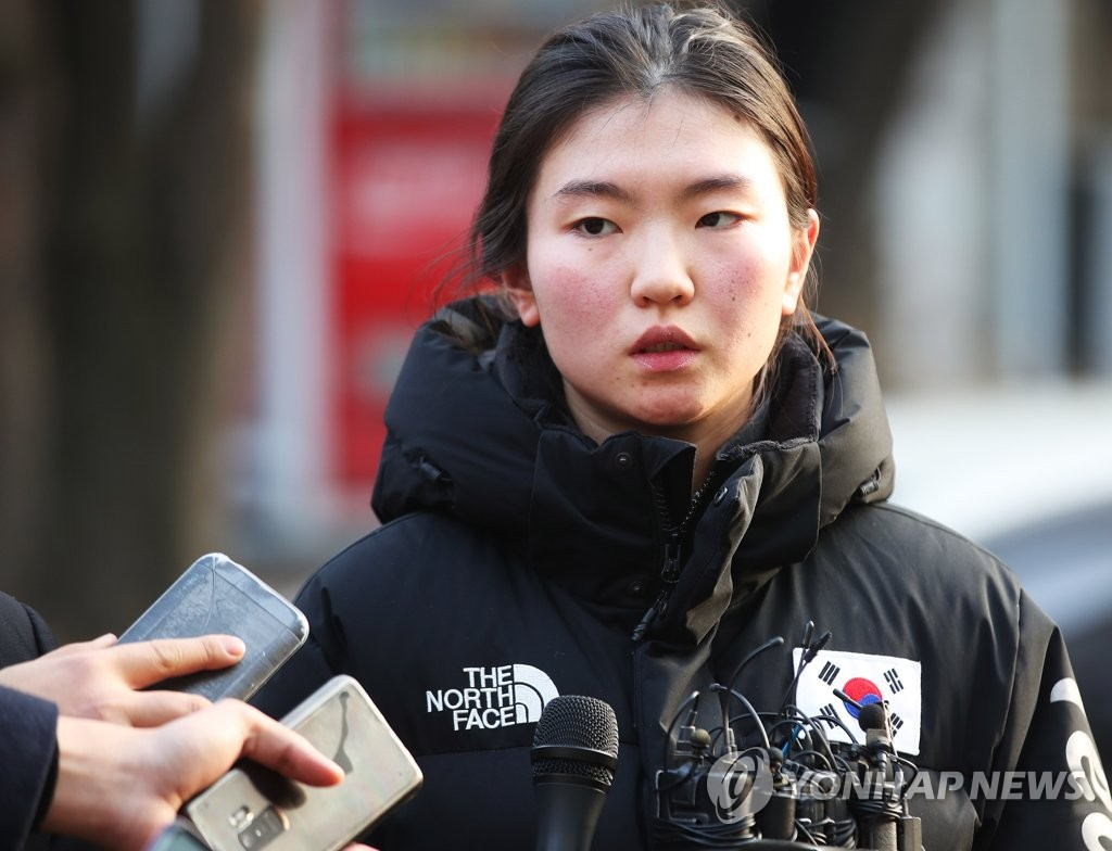 South Korean short track speed skater Shim Suk-hee speaks to reporters after testifying against her former coach Cho Jae-beom in his assault trial at the Suwon District Court in Suwon, 45 kilometers south of Seoul, on Dec. 17, 2018. (Yonhap)