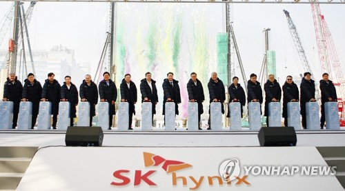 (3rd LD) SK hynix Q4 net up 6 pct in Q4, posts record profit in 2018