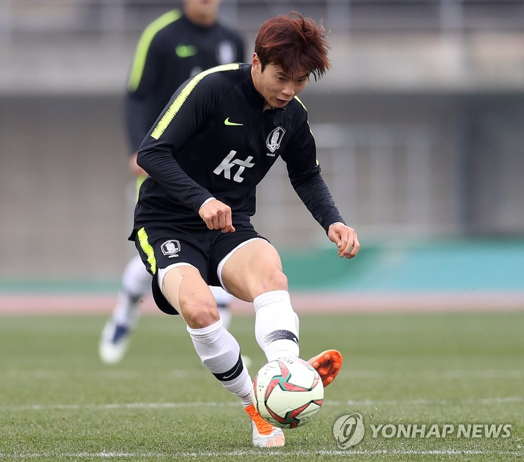 This file photo taken Dec. 20, 2018, shows South Korea national football team defender Kim Jin-su passing the ball during training in Ulsan. (Yonhap)