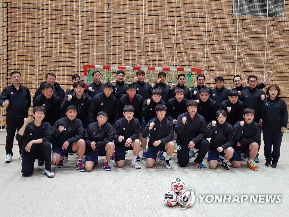 첫훈련 전 결의다지는 핸드볼 남북단일팀 선수들