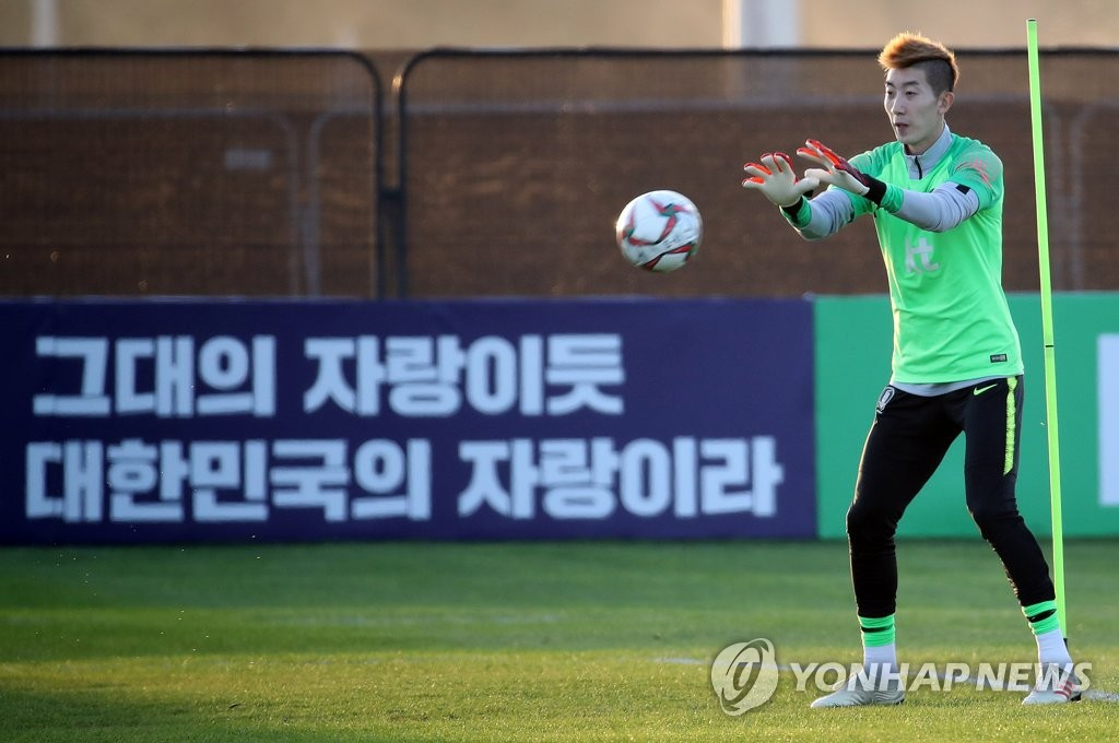 South Korean goalkeeper Jo Hyeon-woo trains with the national team at Sheikh Zayed Stadium in Abu Dhabi on Dec. 30, 2018, in preparation for the Asian Football Confederation Asian Cup. (Yonhap)