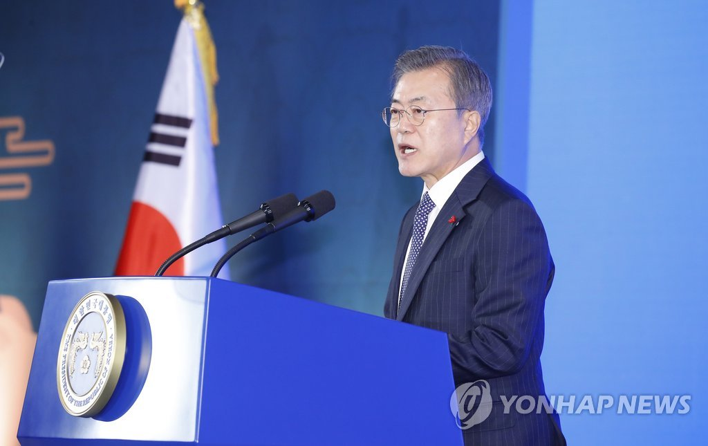 President Moon Jae-in speaks in a meeting at the Seoul headquarters of the Korean Federation of SMEs on Jan. 2, 2019, to mark the start of the new year. (Yonhap)