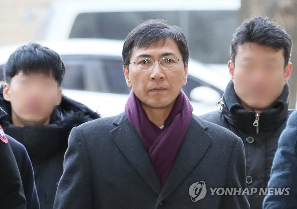 Ex-South Chungcheong Gov. An Hee-jung walks to the Seoul High Court on Jan. 9, 2019, to attend a court hearing. (Yonhap)