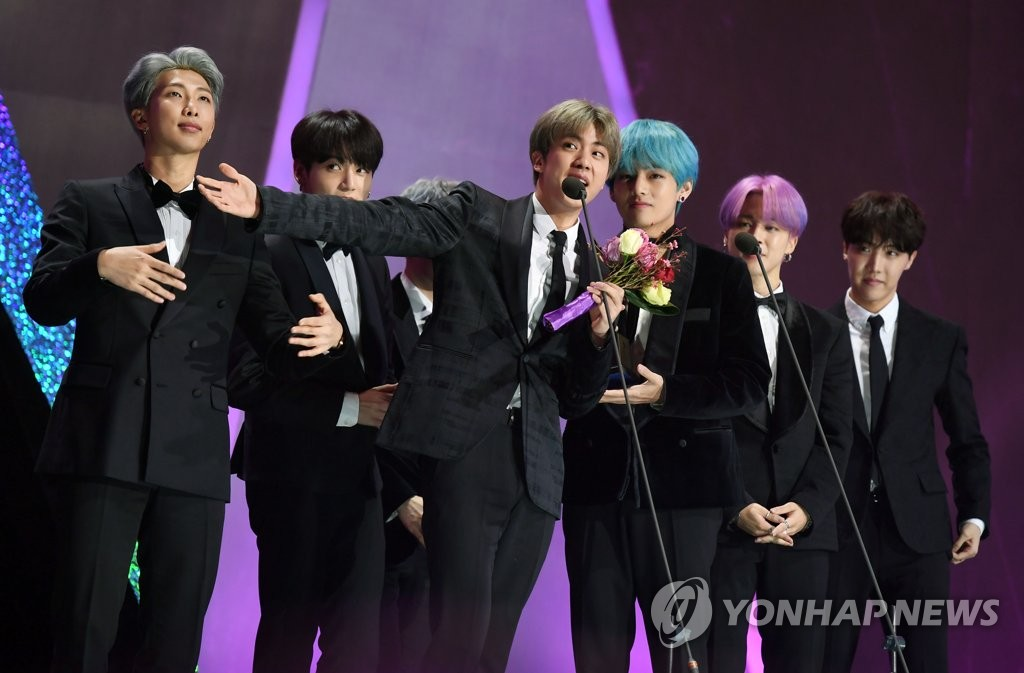 Boy band BTS receives the main prize at the Seoul Music Awards held at Gocheok Sky Dome in Seoul on Jan. 15, 2019, hosted by Sports Seoul, which provided this photo. (Yonhap)