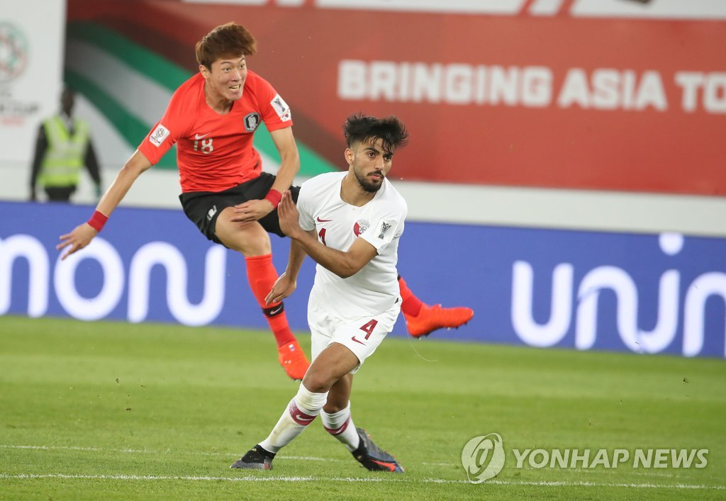 South Korea's Hwang Ui-jo attempts a shot on goal during the 2019 AFC Asian Cup quarterfinal match against Qatar at Zayed Sports City Stadium in Abu Dhabi, the United Arab Emirates, on Jan. 25, 2019. (Yonhap)