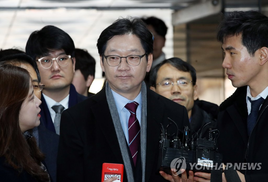 South Gyeongsang Province Gov. Kim Kyoung-soo enters the Seoul Central District Court to attend the sentencing trial of an opinion rigging case on Jan. 30, 2019. (Yonhap)