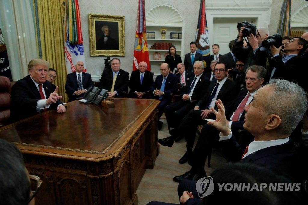 백악관 집무실서 류허 중국 부총리 만나는 트럼프