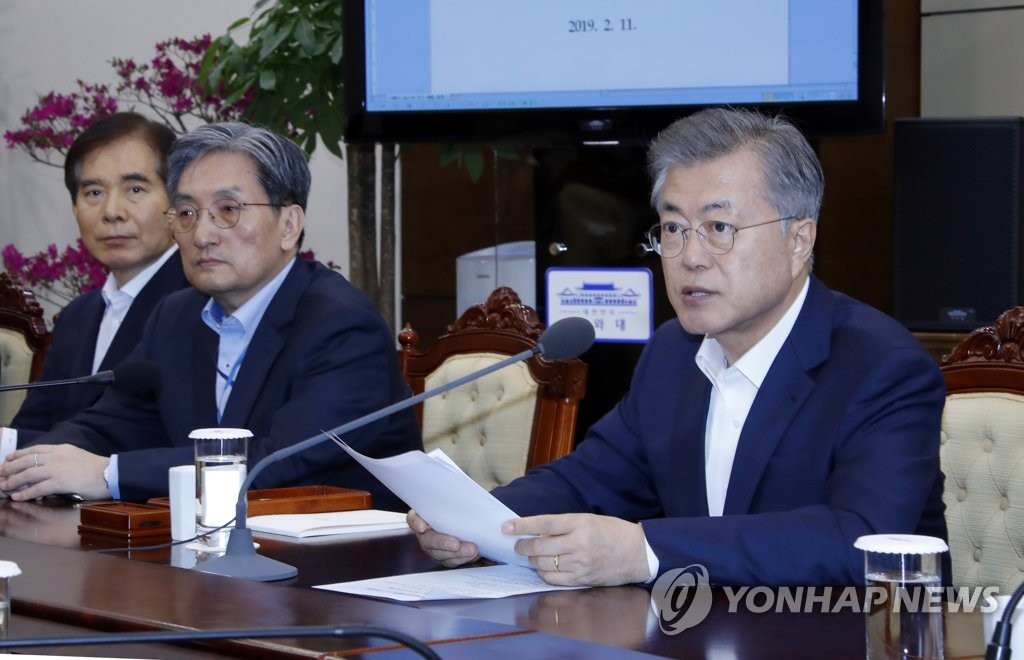 President Moon Jae-in (R) presides over a meeting with presidential secretaries and aides over state affairs on Feb. 11, 2019, at the presidential office Cheong Wa Dae. (Yonhap)