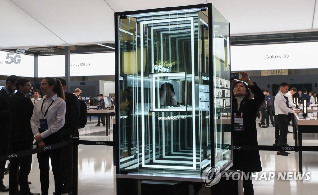 Samsung Electronics Co.'s Galaxy Fold is displayed in the company's booth at MWC Barcelona on Feb. 25, 2019. (Yonhap)