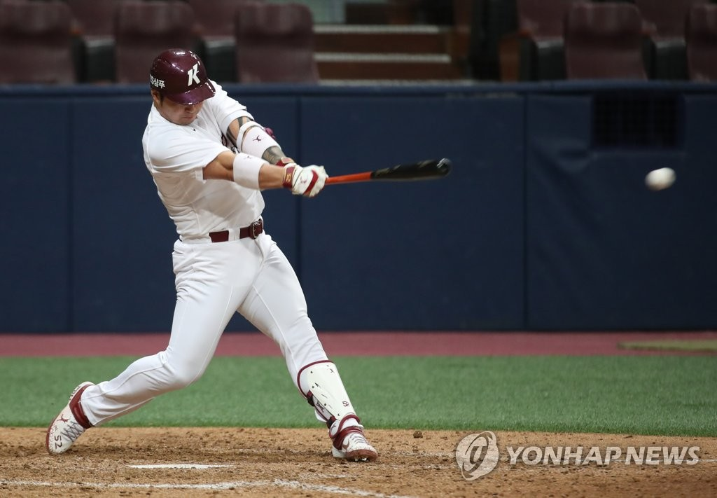 Park Byung-ho of the Kiwoom Heroes lines a single against the Doosan Bears in the bottom of the ninth inning of a Korea Baseball Organization preseason game at Gocheok Sky Dome in Seoul on March 17, 2019. (Yonhap)