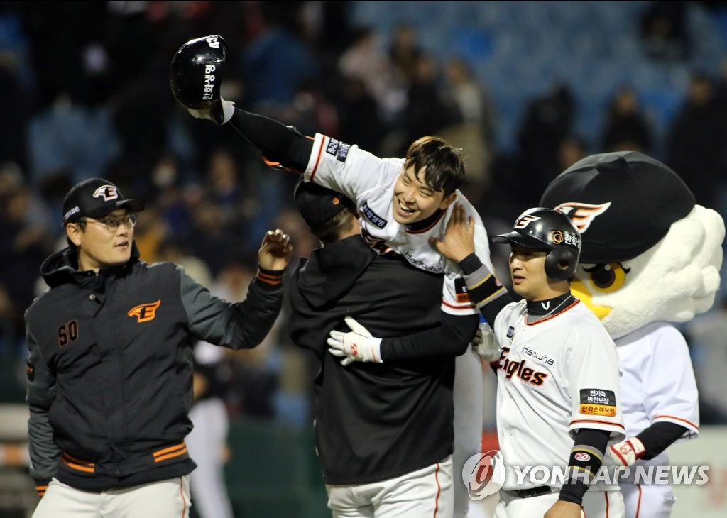 In this photo provided by the Hanwha Eagles on April 4, 2019, Jung Eun-won (2nd from R) is congratulated by teammates after delivering a game-winning hit in the bottom of the ninth inning against the LG Twins in a Korea Baseball Organization regular season game at Hanwha Life Eagles Park in Daejeon, 160 kilometers south of Seoul. (Yonhap)