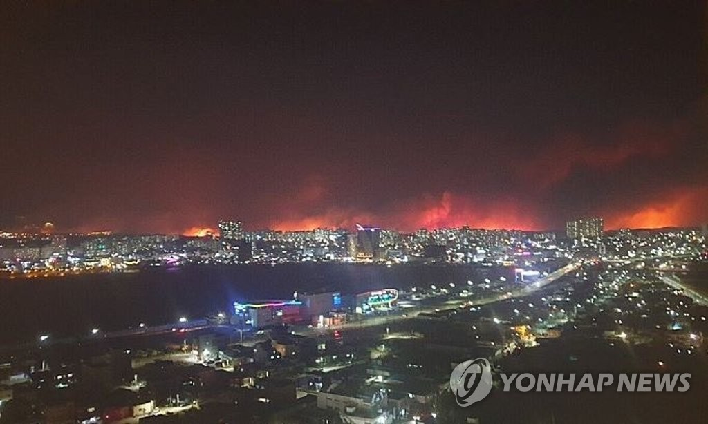 A fire approaches central Sokcho, around 210 kilometers northeast of Seoul, on April 4, 2019. (Yonhap)