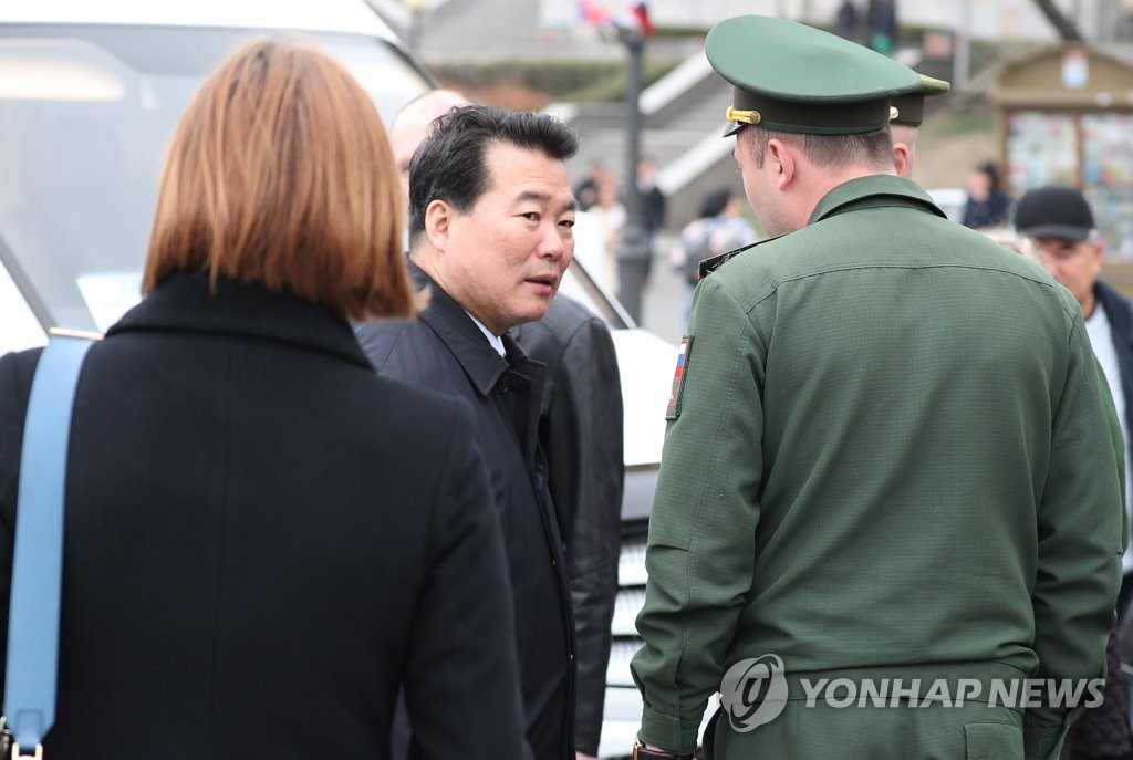 This file photo, taken April 24, 2019, shows North Korean vice foreign minister Im Chon-il (C) in Vladivostok ahead of leader Kim Jong-un's arrival for a summit with Russian President Vladimir Putin. (Yonhap)