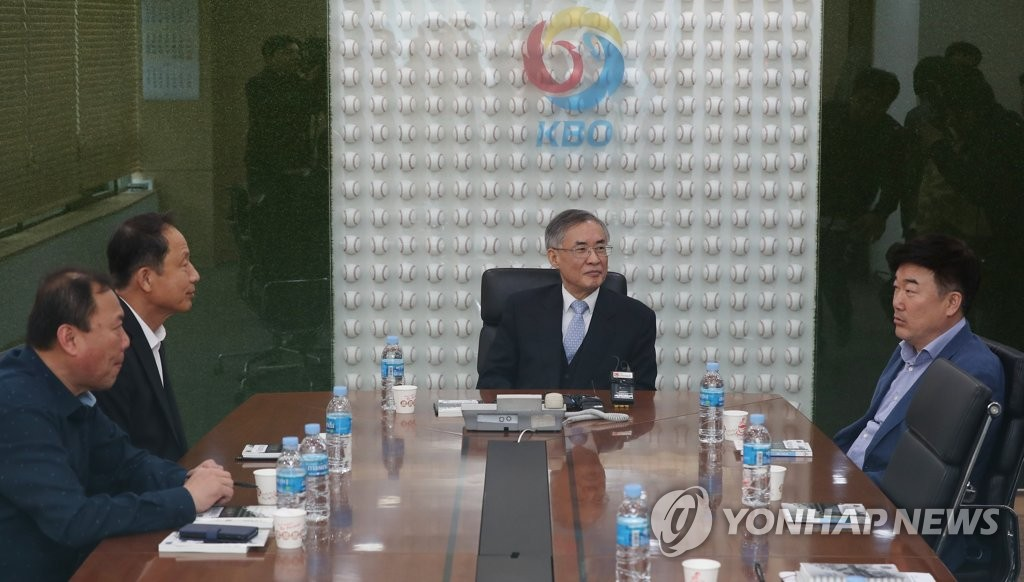 Choi Won-hyun (2nd from R), a local attorney and head of the disciplinary committee at the Korea Baseball Organization, presides over a meeting on April 30, 2019, to discuss a bench clearing incident during an April 28 game between the Doosan Bears and the Lotte Giants. (Yonhap)