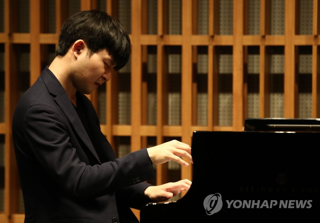 Pianist Sunwoo Yekwon plays the piano at a press event held in Seoul on May 13, 2019. (Yonhap)