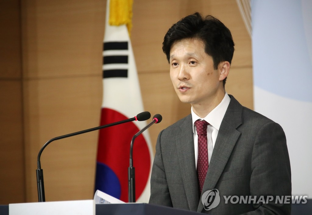 Unification ministry spokesperson Lee Sang-min speaks at a press briefing in Seoul on May 17, 2019, on the government's plans to donate $8 million to international agencies to help North Korean women and children and allow a group of businesspeople to travel to a shuttered industrial park in the North's border town of Kaesong. (Yonhap)