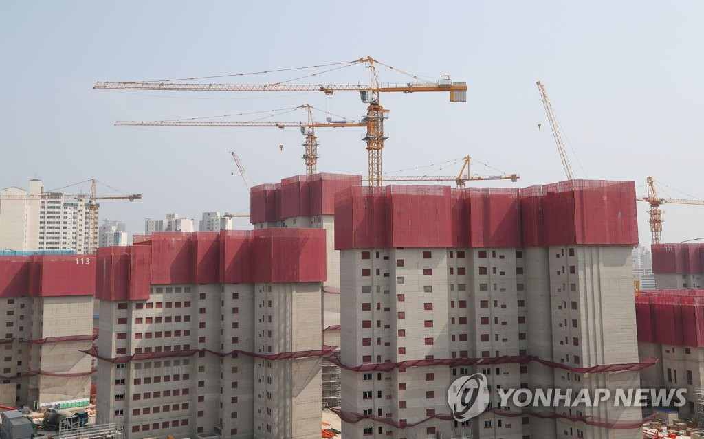This photo, taken on June 5, 2019, shows a site in western Seoul where the construction of apartment buildings is on hold due to tower crane workers' nationwide strike. (Yonhap)