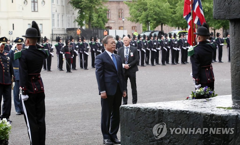 South Korean President Moon Jae-in pays tribute to World War II victims in front of a memorial at Akershus Fortress in Oslo on June 12, 2019. (Yonhap)