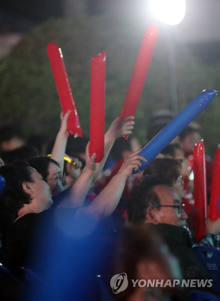 Citizens in Yeoju, south of Seoul, wave cheering sticks on June 15, 2019, to cheer on the South Korean under-20 team ahead of the U-20 World Cup final match with Ukraine. (Yonhap)