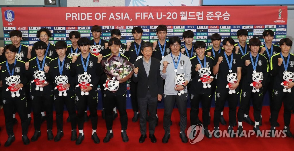 Members of the South Korean men's under-20 national football team pose for pictures at Incheon International Airport, west of Seoul, on June 17, 2019, after returning from their runner-up finish at the FIFA U-20 World Cup in Poland. (Yonhap)