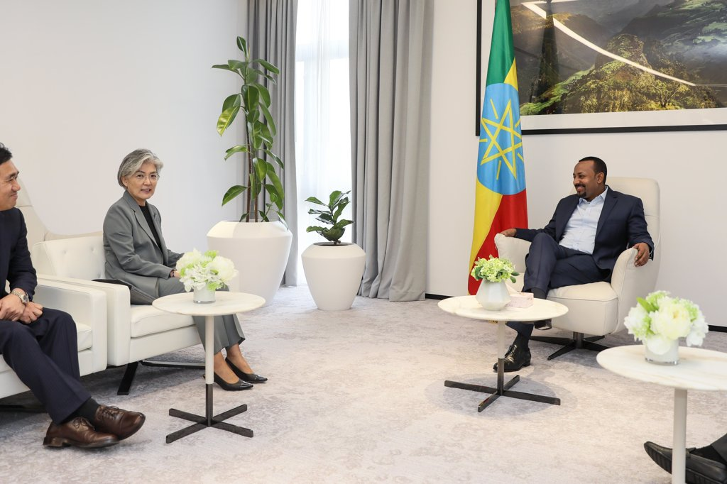 In this file photo provided by the foreign ministry, Ethiopian Prime Minister Abiy Ahmed Ali (R) talks with South Korean Foreign Minister Kang Kyung-wha (2nd from L) in Addis Ababa on July 11, 2019. (PHOTO NOT FOR SALE) (Yonhap)